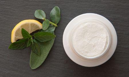Zdjęcie dla posta Dezodoranty i antyperspiranty - wszystko, co powinnaś o nich wiedzieć.