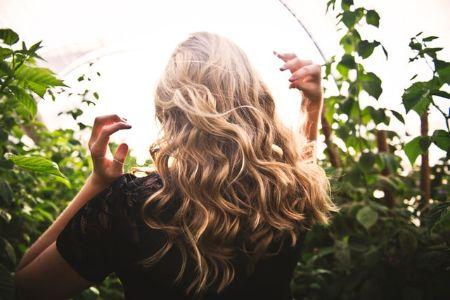 Zdjęcie dla posta Czym jest porowatość włosów i jak ją sprawdzić?